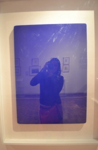 Selfie en el cuadro Sin Título (Monocromo Azul) de  Yves Klein.